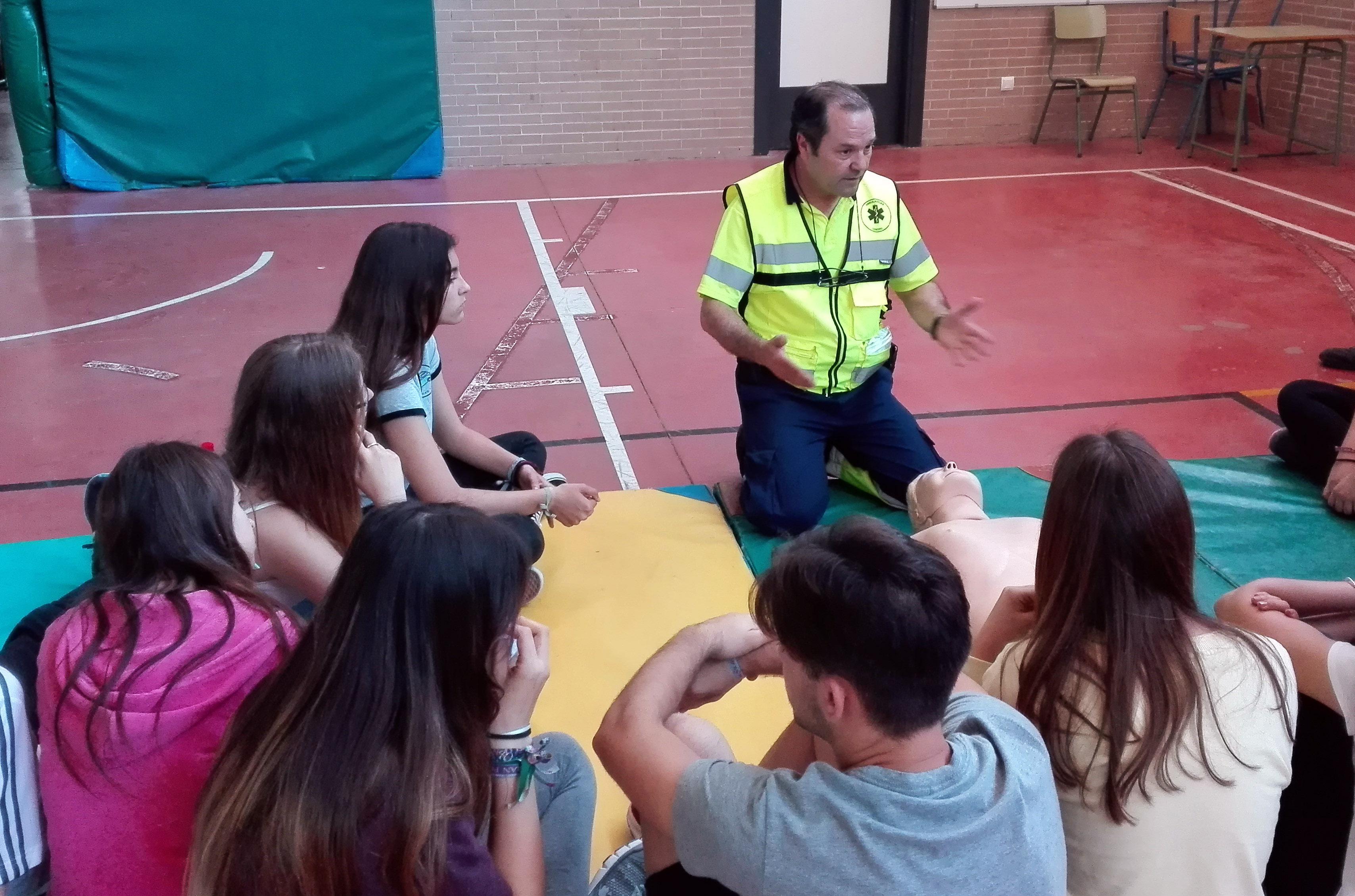 100 alumnos del Instituto de Villaverde del Río reciben formación básica de reanimación cardiopulmonar